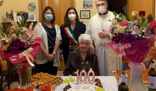 Immagine: Menfi, festeggia 100 anni Paola Palmeri. Al taglio della torta anche il Sindaco, l'Arciprete e la consigliera Delia Mangiaracina