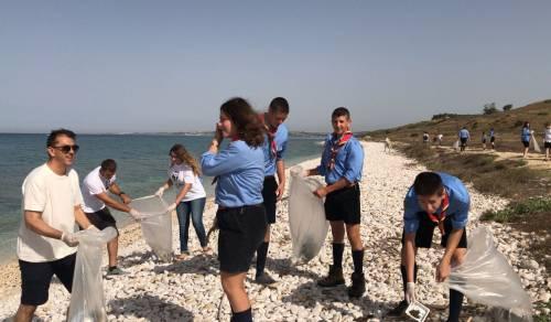 Immagine: Giornata ecologica a Bertolino: raccolti oltre cento sacchi di rifiuti sulla spiaggia