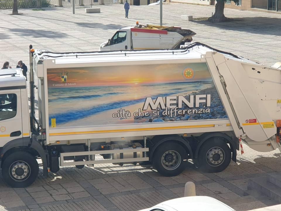 Immagine: Consegnati mezzi e attrezzature per la raccolta dei rifiuti dell'intero territorio comunale.